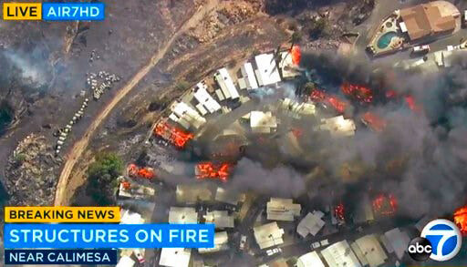 Luchtfoto uit nieuwsuitzending laat zien dat vooral huizen afbranden, maar omliggende bomen niet.