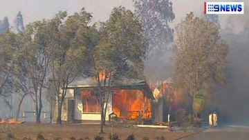 Bomen zijn onaangetast, maar huis brandt helemaal af.