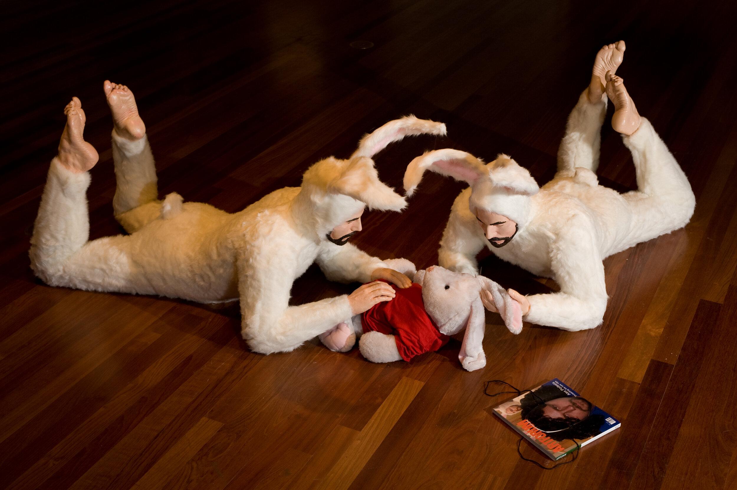 Kunstenaar Alex Podesta gebruikt veel witte konijnen in zijn kunstwerken en zijn vaak een referentie naar kindermisbruik.