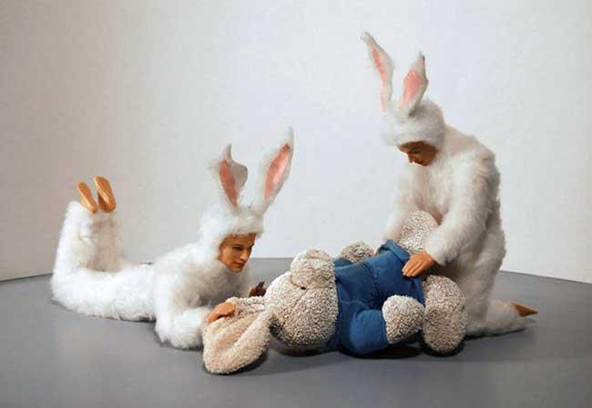 Kunstenaar Alex Podesta gebruikt vaak witte konijnen in zijn kunstwerken met verwijzingen naar seksueel en Satanisch ritueel misbruik.