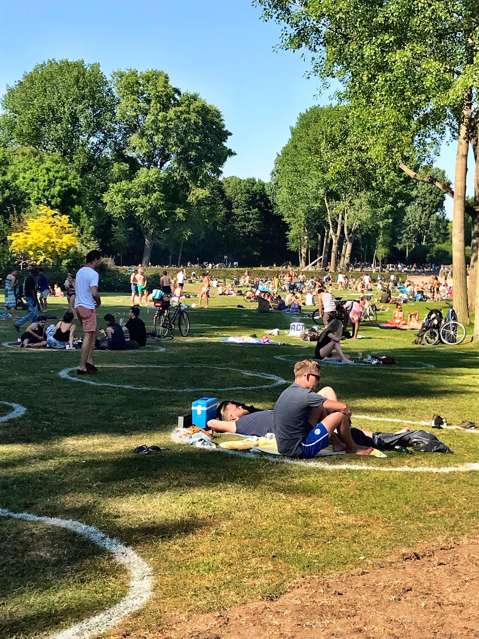 Cirkeltjes aangebracht zoals op sportvelden. Zijn mensen zelf niet meer in staat om een gezonde afstand te houden? Hoe ver gaat deze betutteling?